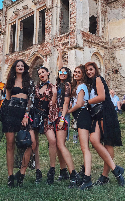 Vedetele şi bloggerii au fost la Electric Castle! Vezi ce ţinute de festival au ales!