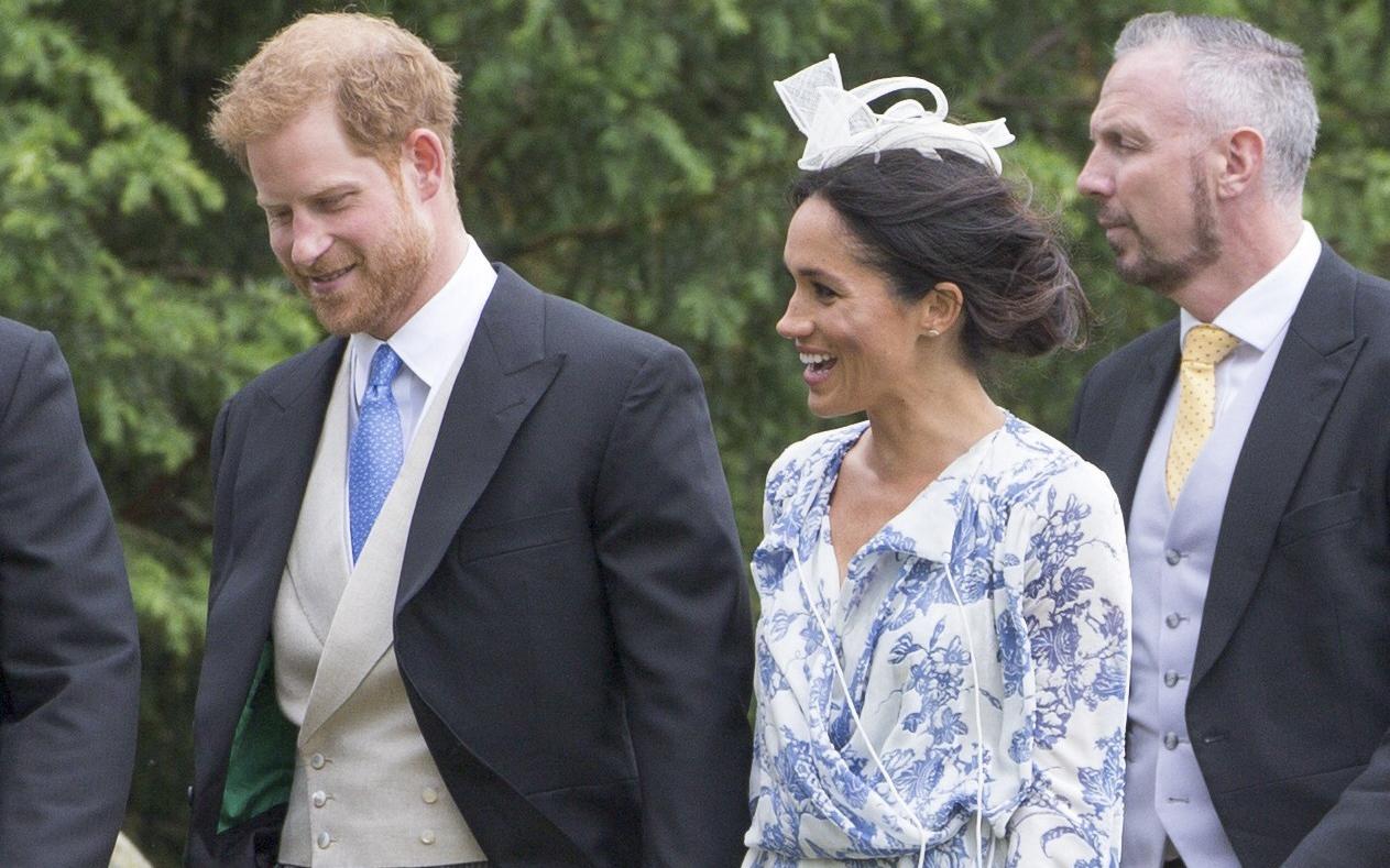 """O pereche de pantofi, două nunți! Meghan Markle și-a """"reciclat"""" perechea de pantofi de la nuntă"""