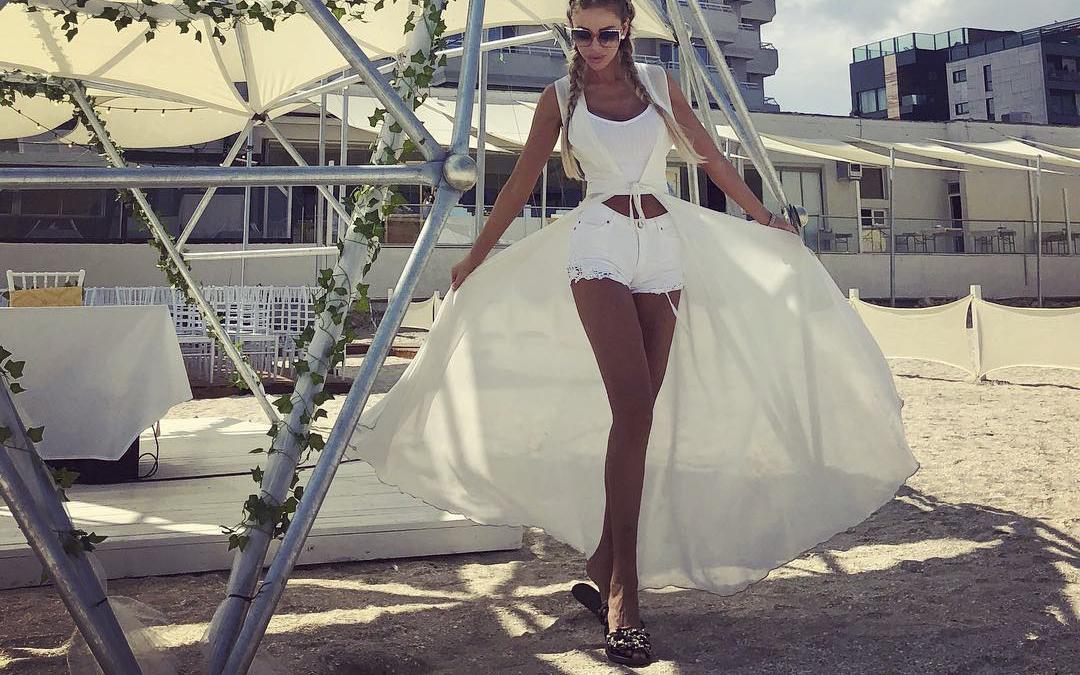 Vrei să fii o apariție de neuitat la plajă! Învață de la Bianca Drăgușanu cum să porți costumul de baie vara asta